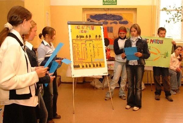 Uczniowie z Dobrcza - mówiąc o  ekologii - posiłkowali się własnoręcznie  wykonanymi planszami.