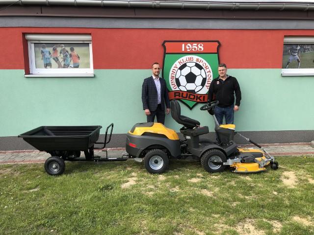 Gminny Klub Sportowy Rudki dołącza do listy podmiotów, które postawiły na sprawdzony, wydajny i niezwykle efektywny sprzęt do koszenia piłkarskich boisk marki Stiga.