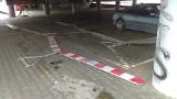 Poprzewracane barierki zajmują cenne miejsca parkingowe obok Atlas Areny