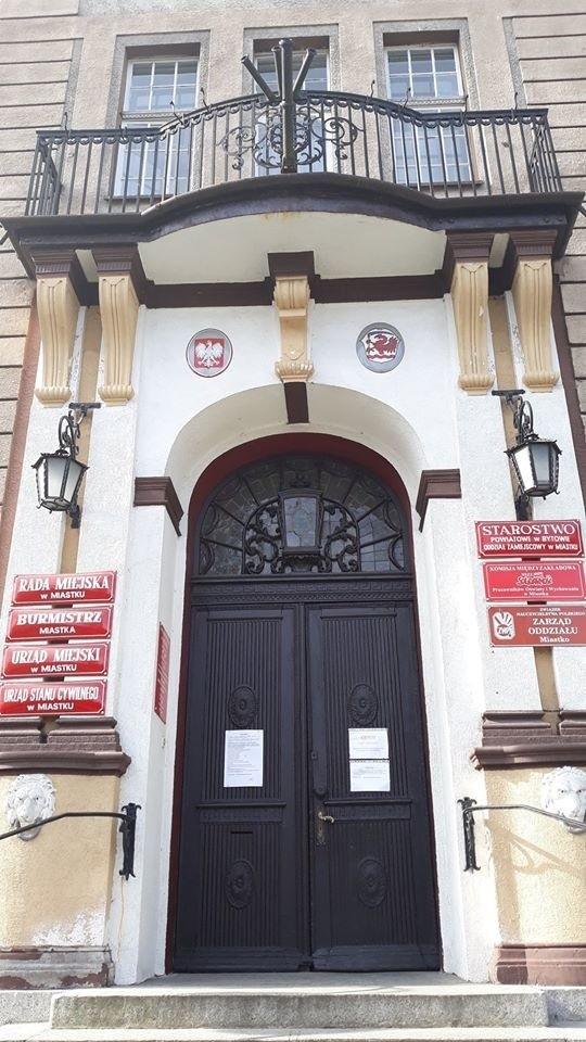 Urząd Miejski w Miastku zamknął główne wejściowe drzwi. Do ratusza można dostać się bocznym wejściem od strony parkingu (automatyczne drzwi).