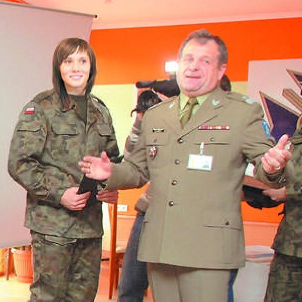 Kobiety w wojsku - mile widziane, zdaje się mówić gen. bryg Zygmunt Duleba, dowódca POW