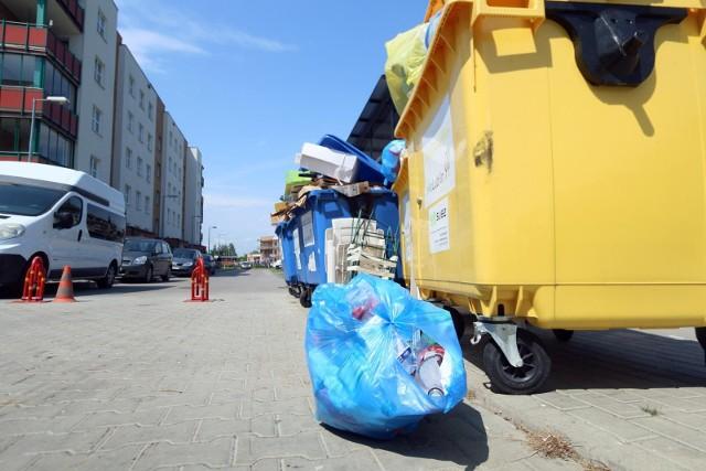 Opłaty za wywóz śmieci to ostatnio głośny temat. To za sprawą władz Warszawy, które zdecydowały się uzależnić ceny za odpady od ilości zużytej wody. Efekt? Rachunki mieszkańców stolicy diametralnie wzrosły. Teraz zmianami w ustawie śmieciowej zajęła się Rada Ministrów.Czytaj dalej. Przesuwaj zdjęcia w prawo - naciśnij strzałkę lub przycisk NASTĘPNEPOLECAMY TAKŻE: Tanie domy i domki letniskowe z Poczty Polskiej. Atrakcyjne nieruchomości na sprzedaż