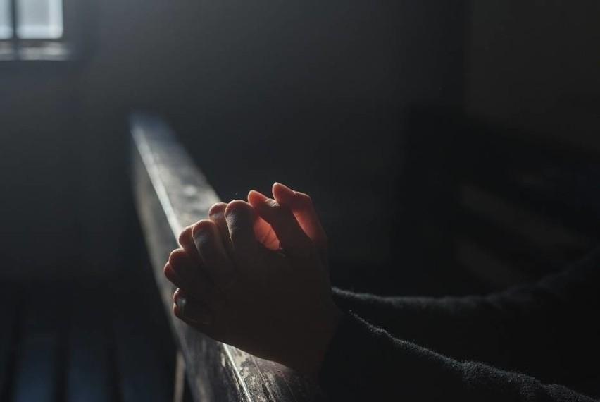 Nowy raport o Kościele w Polsce 2021. Młodzi ludzie odchodzą od Kościoła, osoby głęboko wierzące są mniejszością
