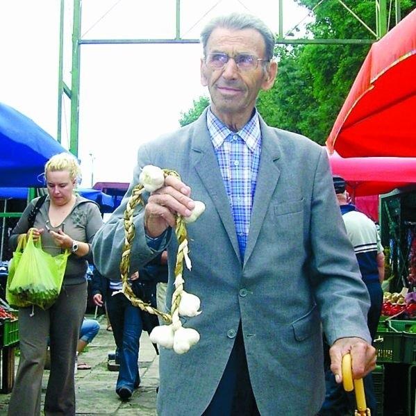 - Zamiast łykać tabletki i przyjmować zastrzyki warto wpierw spróbować czosnku - mówi Jan Wiszowaty z Surał