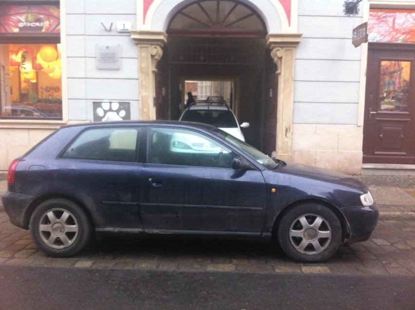 Audi kilka godzin blokowało bramę. Straż rozkładała ręce, bo... w aucie był pies (ZDJĘCIA)