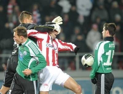 Bramkarz Legii Wojciech Skaba zasłaniał oczy Marianowi Jarabicy, mimo to ten zdołał go pokonać, zdobył bramkę na 1-0 FOT. MICHAŁ KLAG
