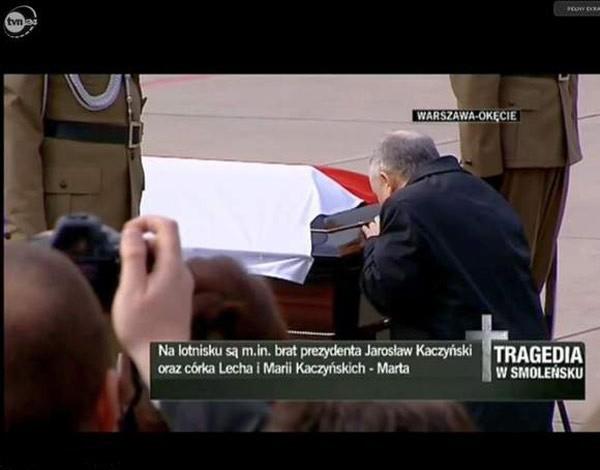Jarosław Kaczyński przed trumną brata