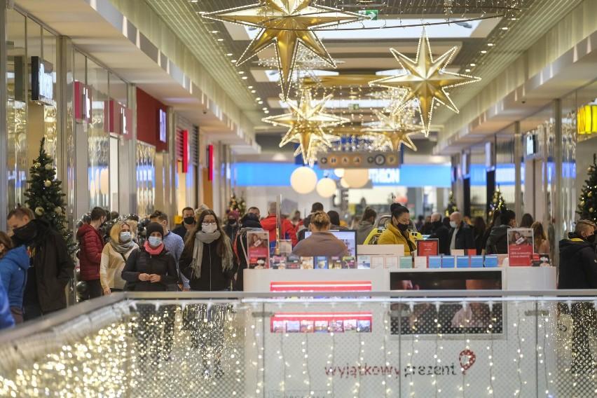 Galerie handlowe w Toruniu znów otwarte! Tłumy i kolejki przed sklepami ZDJĘCIA