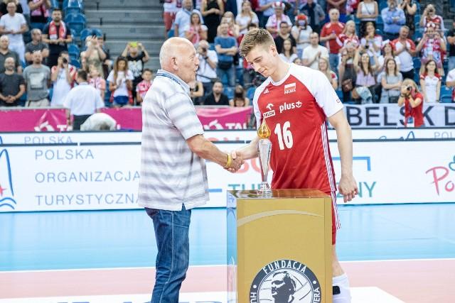 Marek Karbarz wręczył Kamilowi Semeniukowi podczas Memoriału Wagnera statuetkę symbolizującą sztafetę pokoleń i olimpijski ogień