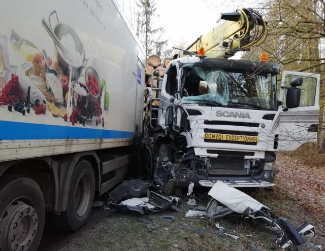 W miejscowości Szczecinki doszło do groźnego zderzenia dwóch pojazdów ciężarowych. Podróżowali nimi tylko kierowcy.