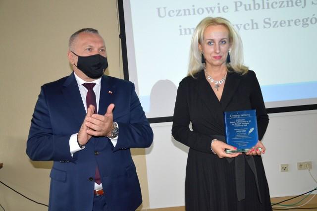Statuetkę dla Szkoły Podstawowej numer 11 imienia Szarych Szeregów odebrała dyrektor Joanna Marszałek