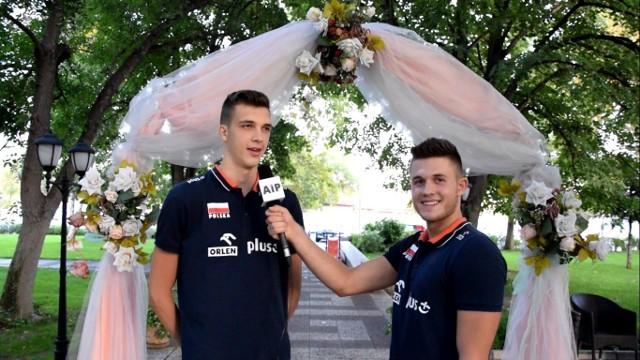 Norbert Huber (z lewej) i Mateusz Masłowski w wolnym czasie wcielili się w role dziennikarzy.
