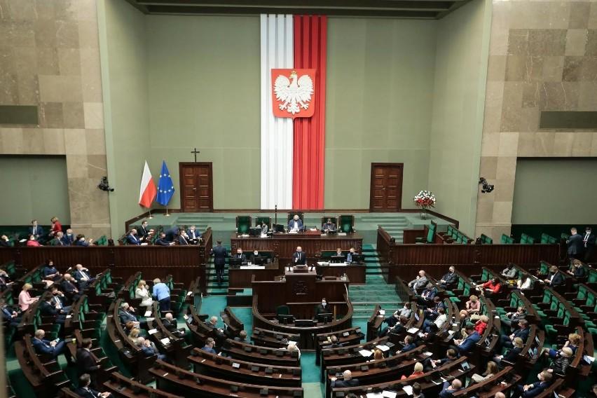 Rozpoczęło się posiedzenie Sejmu. Posłowie zajmą się miedzy...