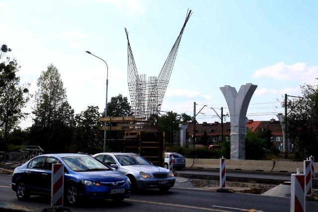 Kładka dla pieszych nad Aleją Jana III Sobieskiego na wrocławskim Psim Polu, z powodu złego stanu technicznego została rozebrana w kwietniu 2018 roku. Od czerwca w jej miejscu powstaje nowoczesna przeprawa. Na czas budowy, która zakończy się w kwietniu przyszłego roku, wprowadzono ograniczenia w ruchu dla kierowców. Jezdnię w obu kierunkach zwężono do dwóch pasów. Zobaczcie na zdjęciach, jak powstaje nowy wiadukt