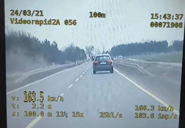 Policjanci z Wągrowca opublikowali nagranie kierowcy, który pędził trasą 196. Jak wskazuje, policyjny wideorejestrator, auto poruszało się z prędkością ponad 160 km/h.