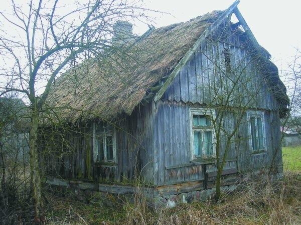 Na skraju wsi stoi ostatni dom kryty strzechą. Nikt już w nim nie mieszka