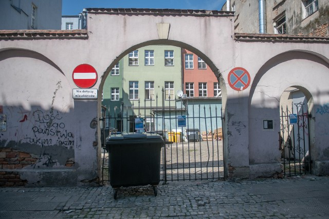 Brama zamknięta, podwórko puste - do niedawna wypełnione było stosami śmieci, wwożonymi tu bez przeszkód