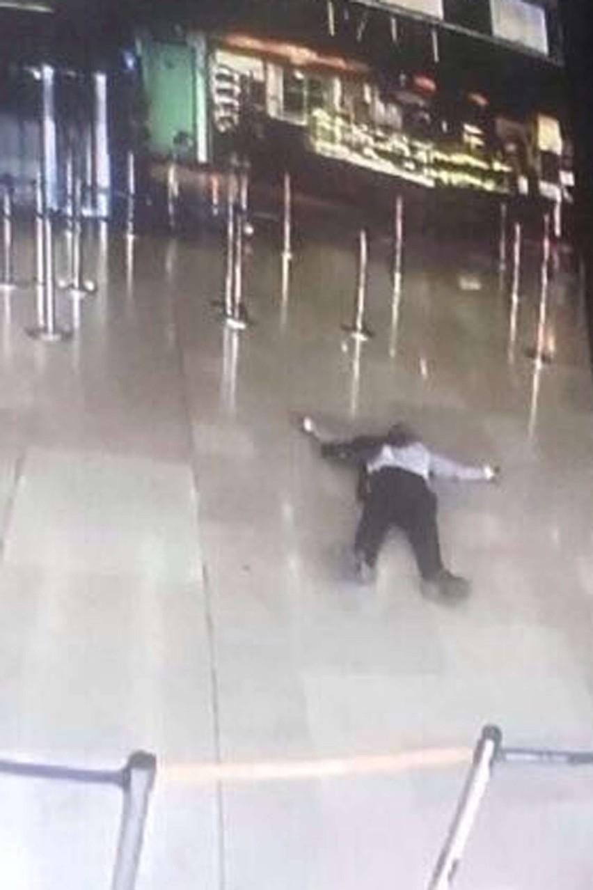 Ciało zamachowca w budynku lotniska Orly