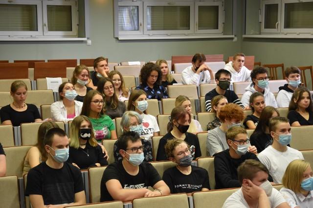 Spotkania edukacyjne poprowadzili praktycy cyberbezpieczeństwa z Narodowego Banku Polskiego, Urzędu Komisji Nadzoru Finansowego, Komendy Wojewódzkiej Policji w Opolu oraz Krajowej Administracji Skarbowej.
