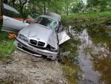 BMW wypadło z drogi i omal nie wylądowało w rzece. Kierowca trafił do szpitala