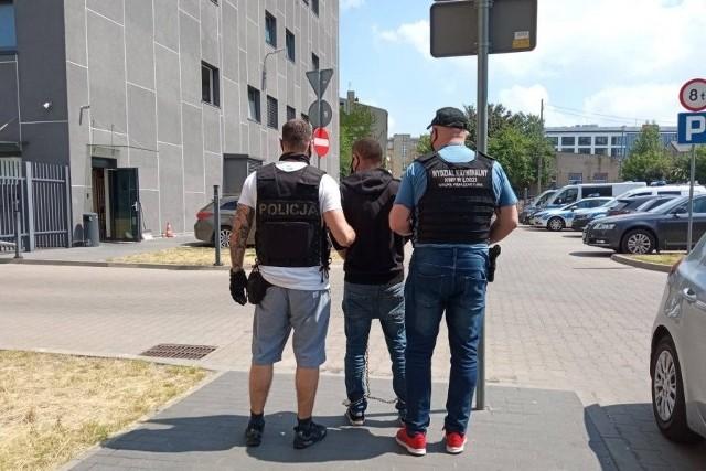 40-letni Ukrainiec oraz jego o dwa lata młodsza rodaczka zostali zatrzymani w związku z morderstwem łódzkiego przedsiębiorcy i brutalnym pobiciem jego żony (pisaliśmy o tym przed kilkoma dniami). Małżeństwo zostało zaatakowane we własnym domu pod Łęczycą. Prawdopodobnie sprawców było więcej...Czytaj więcej na następnej stronie