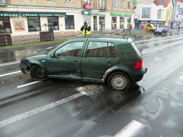 Na ul. Bohaterów Westerplatte w Zielonej Górze zderzyły się volkswagen golf z fordem ka.