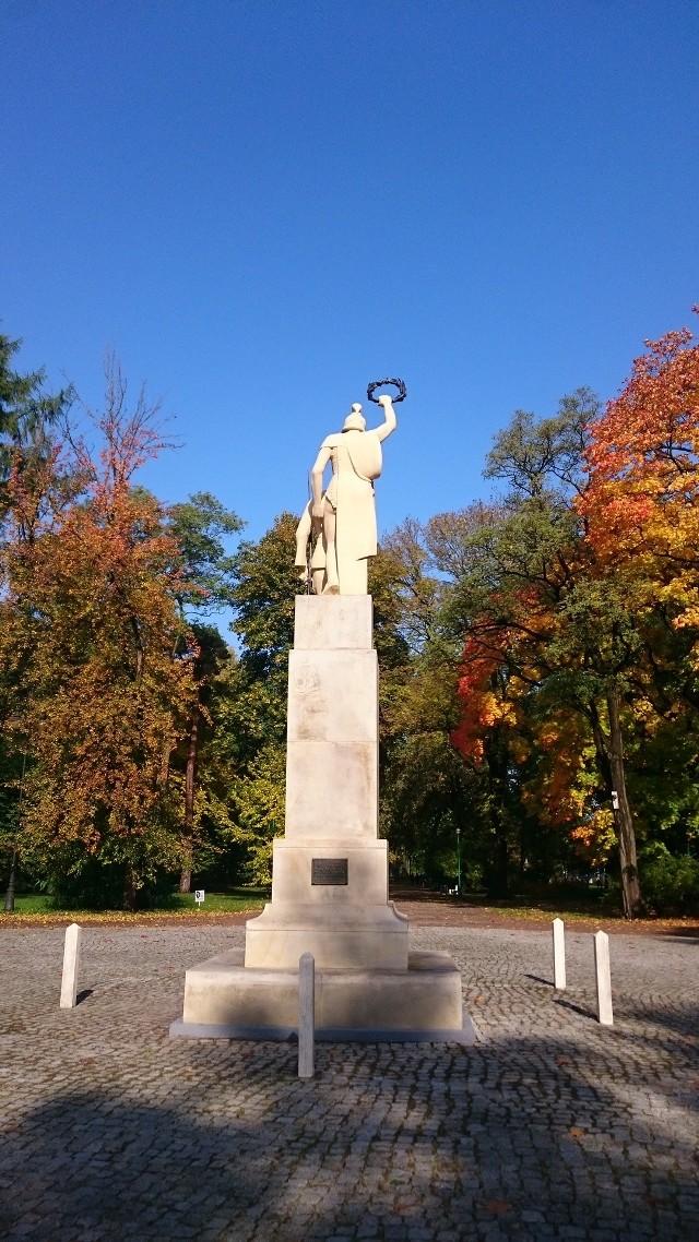 Od początku listopada w Parku Konstytucji 3 Maja można oglądać odrestaurowany pomnik 42 Pułku Piechoty. Prace remontowe rozpoczęły się po uzyskaniu pozwolenia miejskiego konserwatora zabytków i trwały dwa miesiące.
