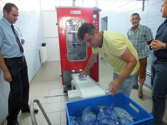 """Pierwszy w województwie automat do paczkowania wody pitnej zaprezentowano w starachowickich """"wodociągach""""."""