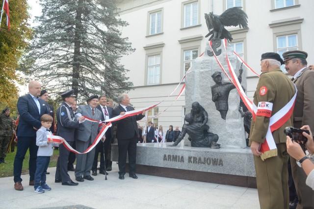 W piątkowe popołudnie oficjalnie odsłonięto pomnik żołnierzy Armii Krajowej przy ulicy Niedziałkowskiego.