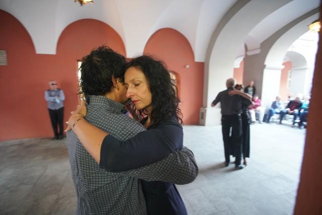 Styl tańczenia milongi jest podobny do tanga. Tango milonga, jako rodzaj tańca, charakteryzuje się mocnym rytmem. Popularny jest nie tylko w Argentynie i Urugwaju, ale również w Europie.