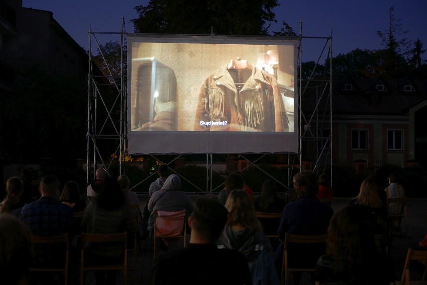 Kino plenerowe na placu przy Białostockim Ośrodku Kultury