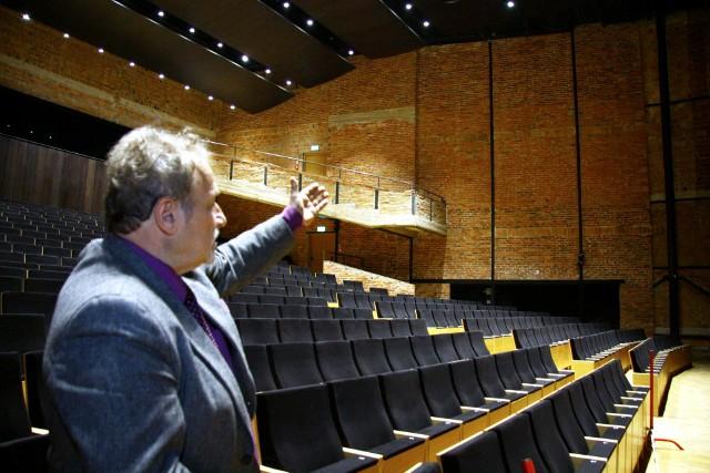 Jan Sęk, dyrektor Filharmonii Lubelskiej w sali koncertowej, gdzie nie wszystko dobrze słychać