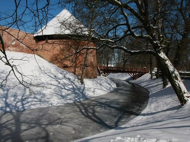 W trzecim dniu kalendarzowej zimy zamek w Międzyrzeczu nadal pokryty jest śniegiem.