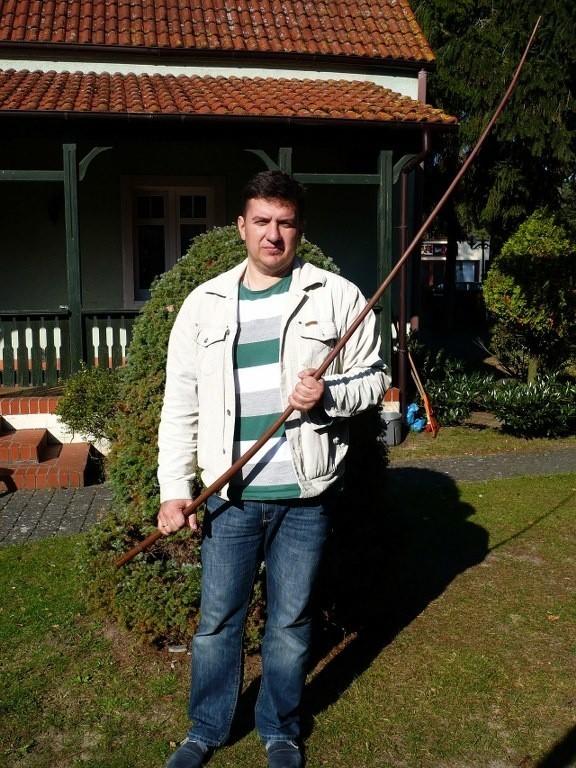 Znalazca poniemieckiej anteny, mieszkaniec Niechorza, Wojciech Pawluk z drugowojenną pamiątką odkrytą na plaży w Pogorzelicy.