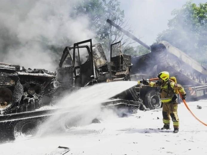 Pożar czołgu na A6 pod Szczecinem. Zderzenie ciężarówek transportujących czołgi. AKTUALIZACJA i ZDJĘCIA 20.06.2021