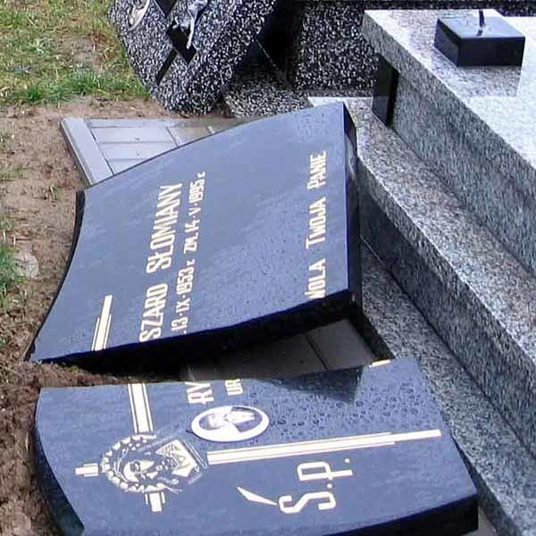 Połamane krzyże, rozbite tablice nagrobne. Straty materialne są wielkie, a duchowych nie da się obliczyć.