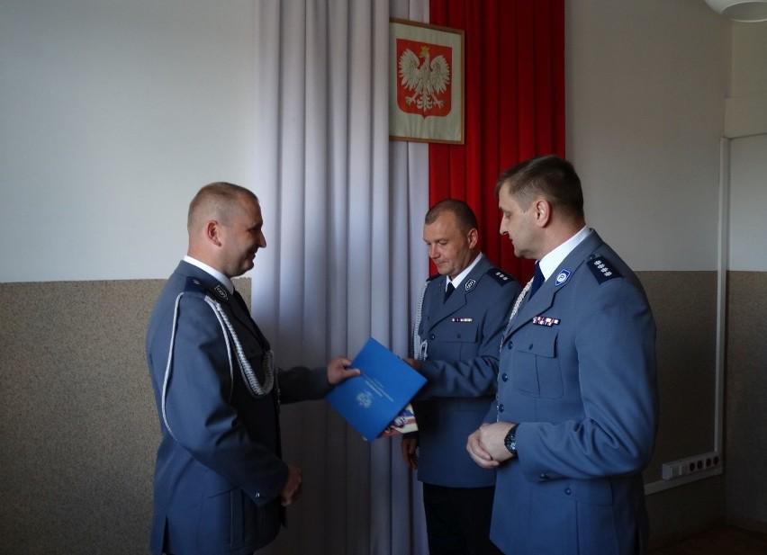 Komendanci gratulują nowemu oficerowi