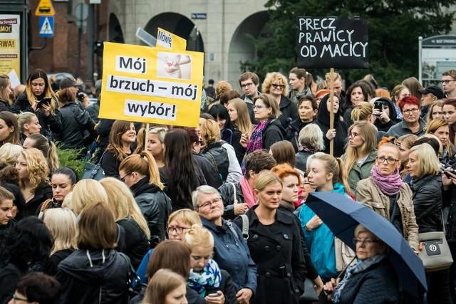 Nie mają zamiaru przyjmować goździków i rajstop. W zamian pójdą walczyć o swoje prawa. Dziś w wielu miastach w regionie będą manifestacje.