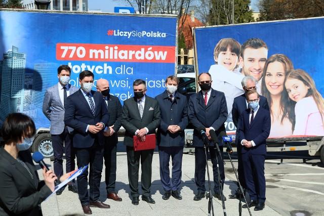 Politycy PiS na środowej konferencji prasowej przed Lubelskim Urzędem Wojewódzkim