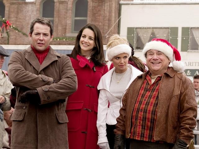 """""""Wesołych Świąt""""Komediowa opowieść idealna na przedświąteczną gorączkę, dla tych którzy są wierni rodzinnym tradycjom, a także dla tych, którzy pragną szokować czymś absolutnie odlotowym. Tacy właśnie są dwaj protagoniści w tym filmie. Jeden hołduje starym zwyczajom bożonarodzeniowym, drugi zapamiętale dąży do tego, by zabłysnąć (dosłownie) w całej okolicy, a nawet być zauważonym w przestrzeni pozaziemskiej. Czy tak skrajne poglądy na spędzanie świąt zaburzą stosunki sąsiedzkie między obu panami?Emisja: TVP2, godz. 15:15"""