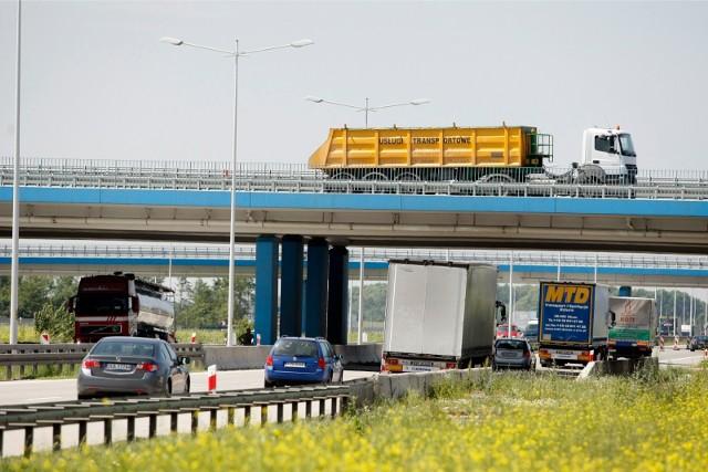 Drogowcy nie mają dobrych informacji dla kierowców korzystających z autostrady A4 na odcinku Wrocław - Legnica. W kilku miejscach pojawią się spore problemy, bo znacznie pogorszył się stan wiaduktów nad jezdnią. Konieczne będą prace podczas których zostaną wyłączone z ruchu fragmenty jezdni oraz ograniczona prędkość. Sprawdź szczegóły na kolejnym slajdzie. Poruszaj się po galerii przy pomocy strzałek lub gestów na telefonie komórkowym.