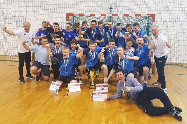Młodzi piłkarze ręczni Anilany i ich trenerzy po zdobyciu pucharu i złotych medali