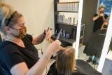 Kolejki do fryzjerów w Bydgoszczy - niektórzy przyjmują do północy