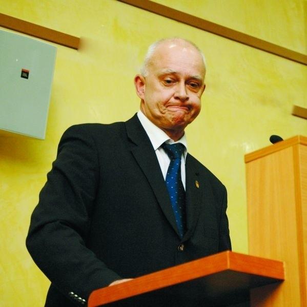 Marszałek Jarosław Dworzański nie chce, ale musi podpisać umowy