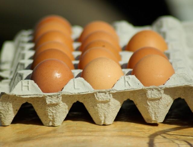 Przygotowując ciasta, pisanki, sałatki czy jajka faszerowane, dobrze jest sprawdzić, czy jajka, które mamy w domu, są świeże. W kolejnych slajdach podpowiadamy, jak to zrobić:- test z potrząsaniem- test z wodą- test z rozbiciem- test pod światło--->