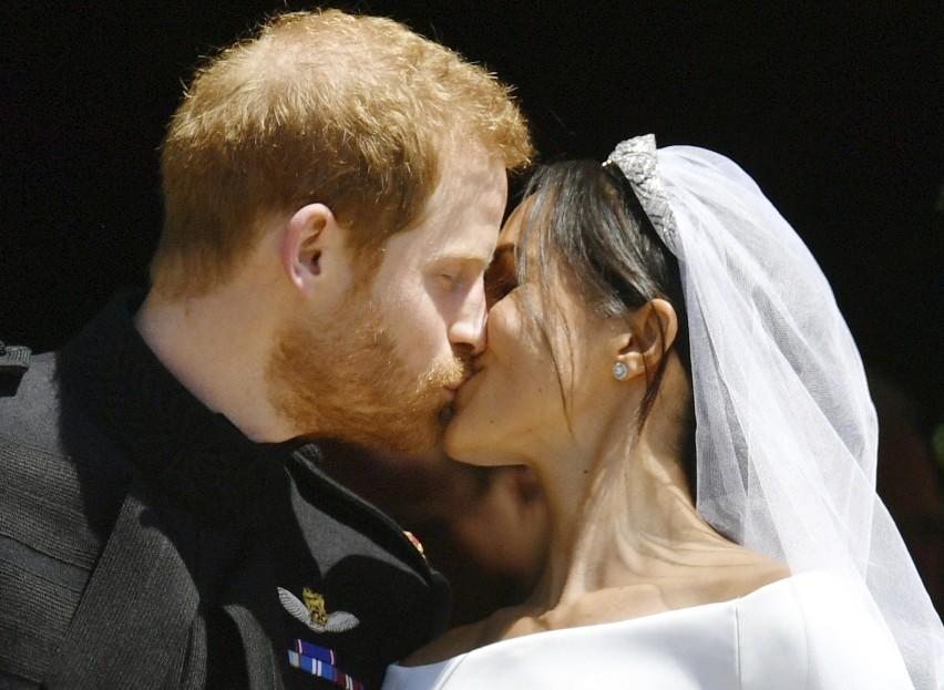 Ślub księcia Harry'ego i Meghan Markle [ZDJĘCIA] [WIDEO] Suknia panny młodej od Clare Waight Keller, pan młody w mundurze i tłumy na ulicach