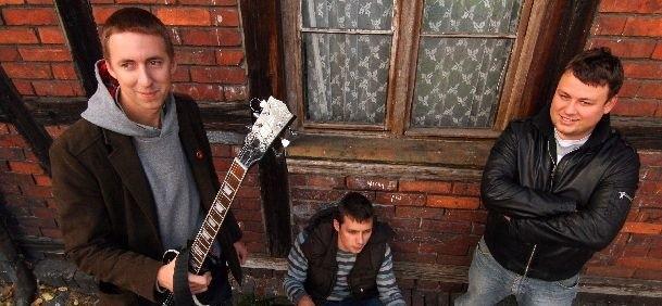 Mordercy P. (od lewej Mateusz Leszczyński, Kamil Jagodziński i Piotr Święcicki) na jednym z podwórek bydgoskiego Londynku