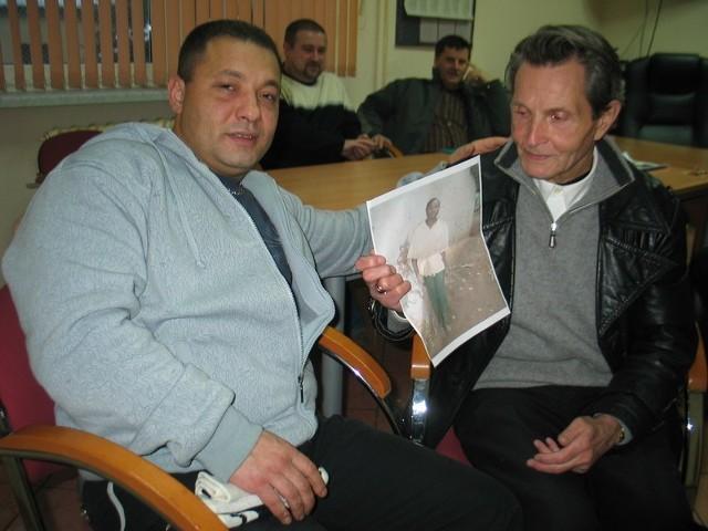 Zbigniew Szoma i Eugeniusz Adamaszek są w grupie więźniów, która zbiera pieniądze dla chłopca z Ugandy
