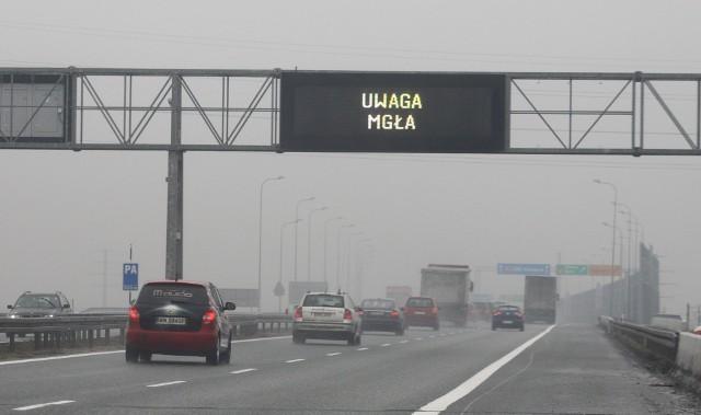Na autostradach wyświetlane są ostrzeżenia przed mgłą. Bezwzględnie trzeba włączyć światła mijania. Ci kierowcy zrobili to