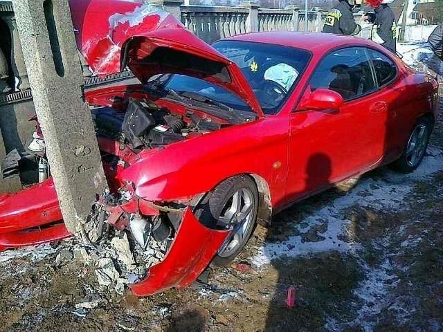 Hyundai uderzył w słup energetyczny.